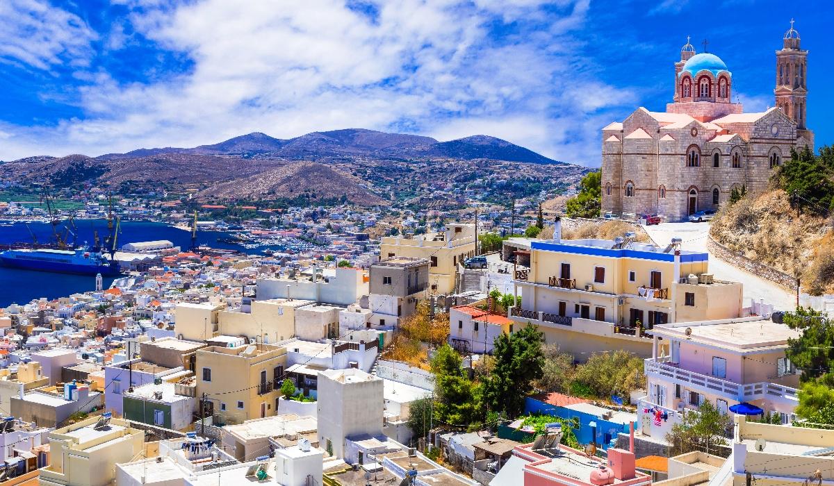 Syros, a ilha grega que tem mais do que sol e mar