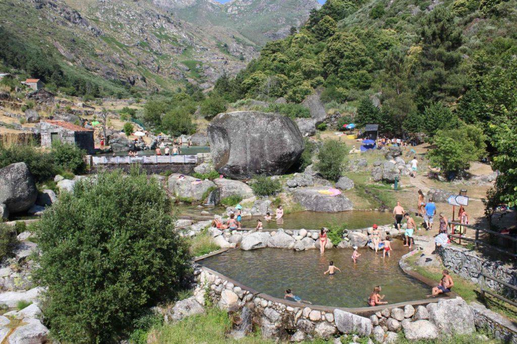 7 piscinas naturais em Portugal para desfrutar neste verão