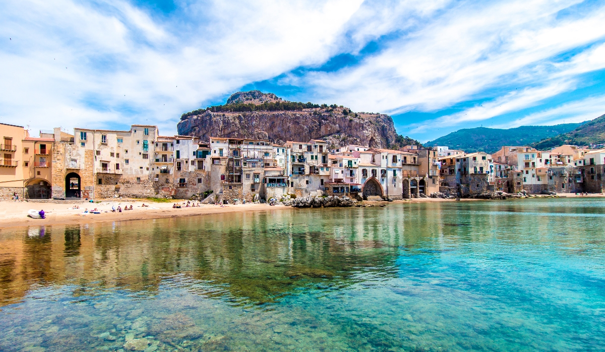 Cefalù não é dos destinos mais conhecidos na Sicília, o que até contribui para o seu encanto. Isto porque, apesar de concorrida no verão, esta pequena cidade não costuma receber multidões.